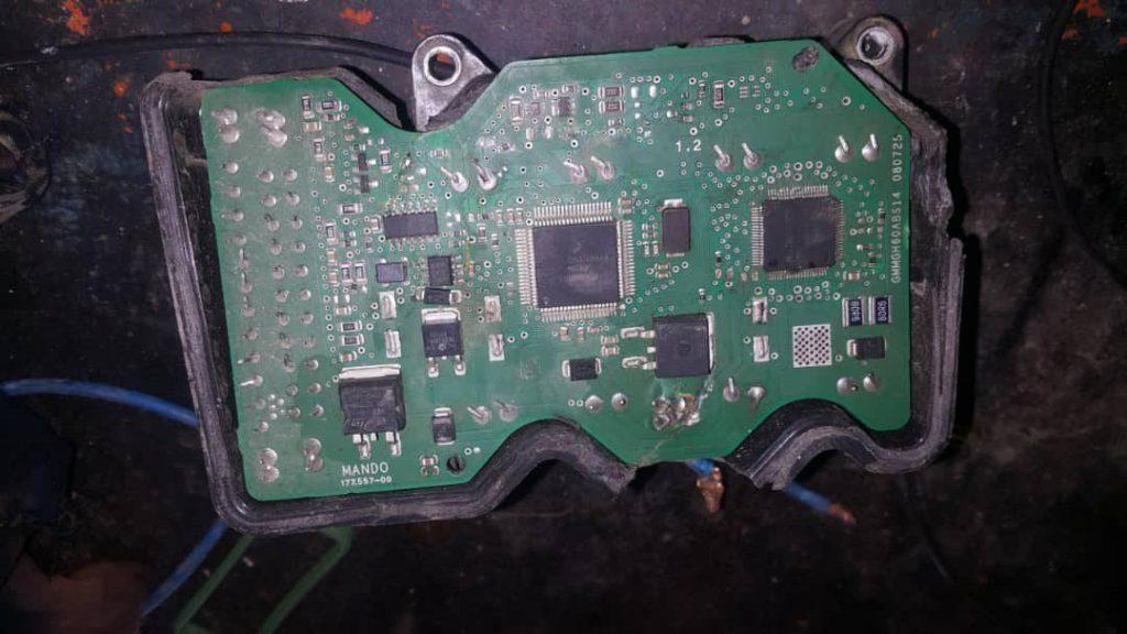یونیت ABS که در اثر تصادف قاب پلاستیکی شکسته و برد الکترونیکی ترک خورده و قابل تعمیر نیست